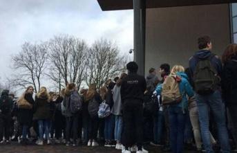 Hollanda'da yanlışlıkla porno görüntüleri açan öğretmene öğrencilerden destek