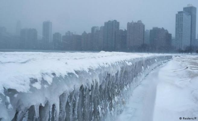 """ABD'de """"kutup girdabı"""" soğukları Dondurucu soğuklar ABD'nin bazı eyaletlerinde hayatı felce uğrattı. Isı yer yer sıfırın altında 49 dereceye kadar düştü."""