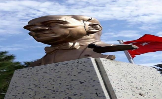 Atatürk Büstü'ne Baltalı Saldırı