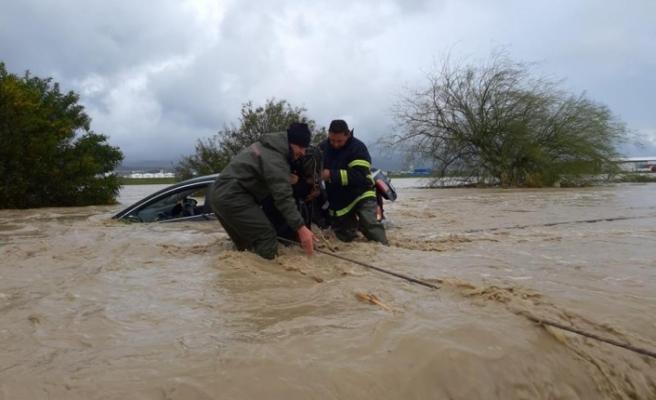 Yağmur Sonrası Sivil Savunma Yolda Kalan Araç Sürücülerini Kurtardı (Fotoğraflı)