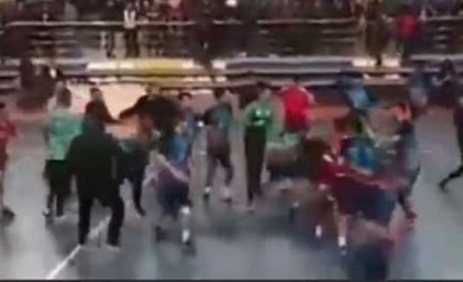 Anafartalar Lisesi hentbol erkek takımının Aksaray ile oynadığı maçta büyük kavga çıktı