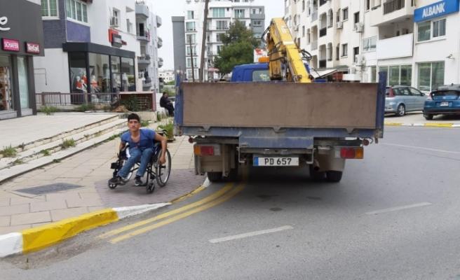 Engelli vatandaşın geçiş yoluna aracını park etti