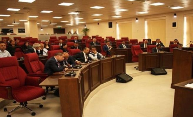 """Başbakan Ersin Tatar, Meclis'te hükümet programını okudu. Tatar, """"Nitelikli iş gücüyle beraber daha aktif bir yapı oluşturularak 2 milyon turist, 2 milyar Dolar gelir hedefliyoruz"""" dedi."""