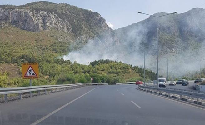 Girne-Lefkoşa Anayolu'nun Ciklos mevkiinde ormanlık alanda yangın çıktı.  İtfaiye yangına müdahale ediyor.