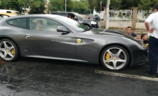 Yağış sonrası su birikintisinde mahsur kalan Ferrari vinçle götürüldü