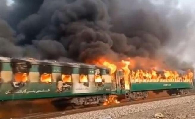 Pakistan'da tren yangını faciası: En az 62 ölü!