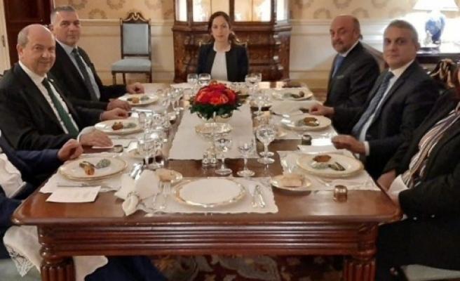 Başbakan Tatar,Türkiye'nin Londra Büyükelçisi Ümit Yalçın tarafından onuruna verilen yemeğe katıldı
