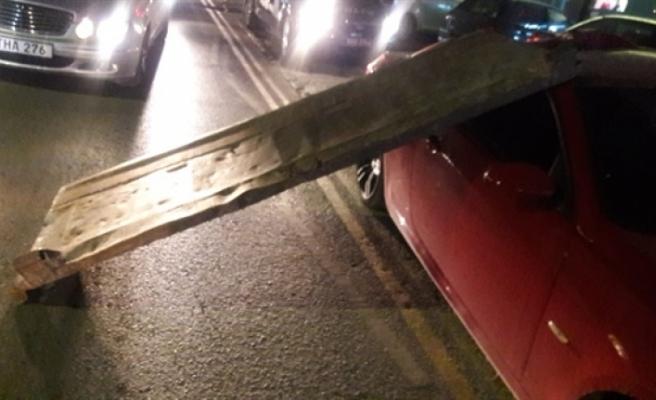 Dereboyu'nda Kamyonun Arka Kapağı Otomobilin Üzerine Düştü