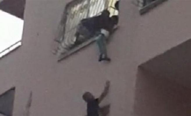 Pencereden düşmek üzere olan kardeşini dakikalarca tuttu