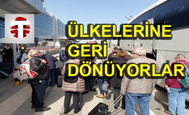 Turistler Ercan Havalimanı'nda...