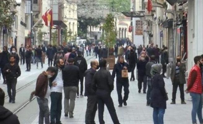 İstanbul'da İstiklal Caddesindeki Kalabalığa Türkiye Sağlık Bakanı Tepki Gösterdi