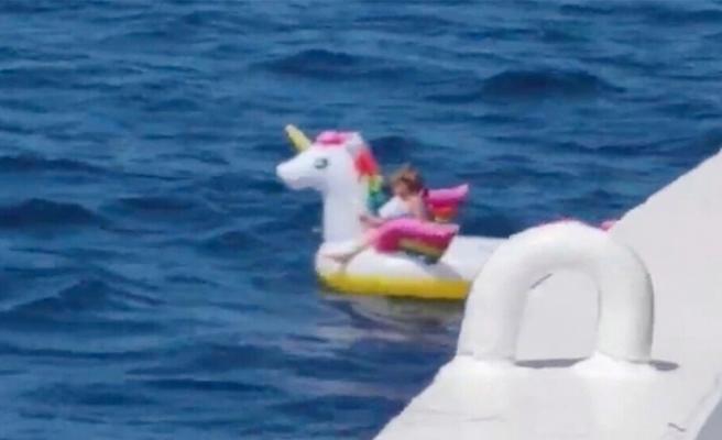 5 yaşındaki çocuk Akdeniz'in ortasında can simidi ile sürüklenirken tesadüfen bulundu