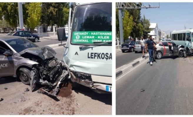 Direksiyon hakimiyetini kaybetti yolcu indiren otobüse çarptı