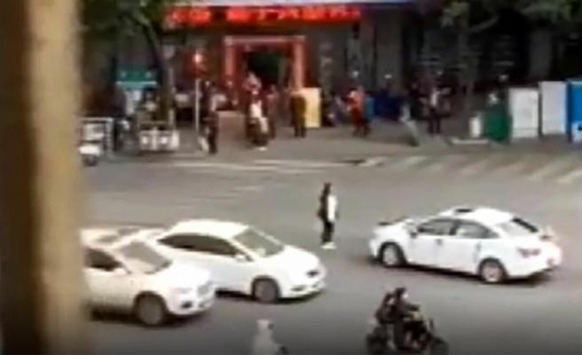Çin'de bir kadın eski erkek arkadaşının düğün aracının yolunu kesti