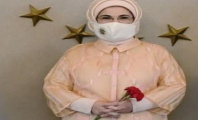 Emine Erdoğan, Sibel Tatar tarafından hediye edilen maskeyi kullanıyor