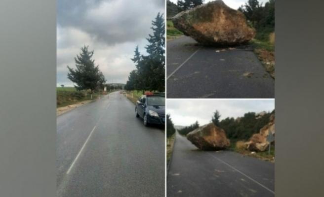 Çayırova-Mehmetçik anayoluna kaya düştü!
