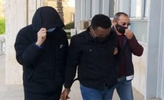 Araba camı üzerinde uyuşturucu alışverişi yaptığı tespit edilen zanlılar tutuksuz yargılanacak