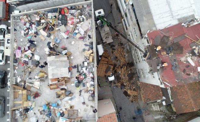 fırtına çatıyı yerinden söktü, sokak savaş alanına döndü