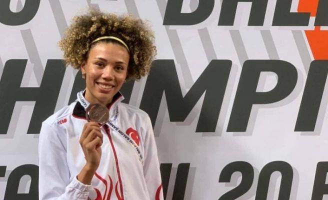 Milli Olimpiyat Komitesi Başkanı, atletizmde balkan üçüncüsü olan Buse Savaşkan'ı kutladı