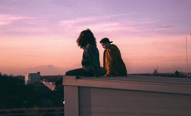 O da beni seviyor mu?: Sizden hoşlandığını anlamanın 9 yolu