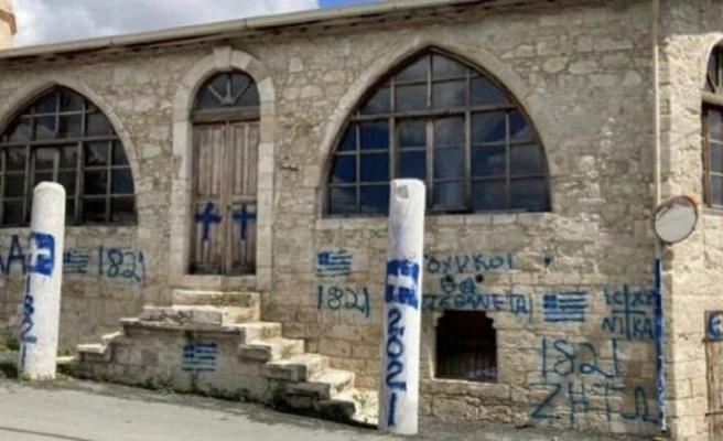 Rum Kesimi'nde camiye 'haç' resmi çizip, 'Türklere ölüm' tehditleri yazıldı
