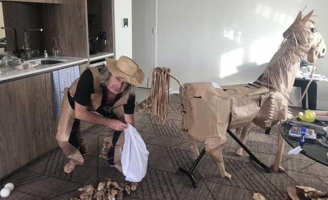 Otelde karantinada kapısına bırakılan yiyeceklerin poşetlerinden at yaptı