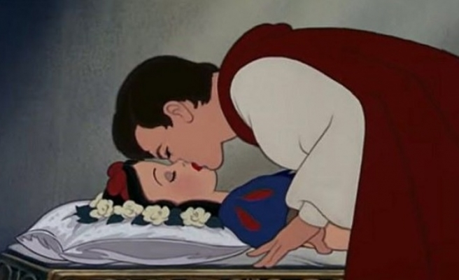 Disneyland'da prensin Pamuk Prenses'i öpme sahnesinecinsel saldırı itirazı