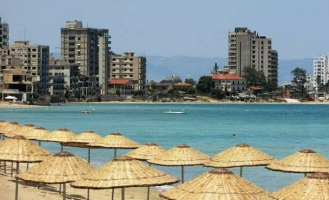 Kapalı Maraş'ta 500 metrelik plaj ziyaretçi kabul etmeye başladı