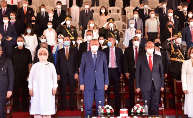 Türk Yıldızları tören alanı semalarından geçti