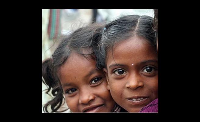 Hindistan'da bir ayinde kız çocukları çırılçıplak gezdirildi