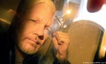 Londra'daki bir mahkeme WikiLeaks'in kurucusu Julian Assange'a 50 hafta mahkumiyet cezası verdi. Assange mahkemede özür diledi.