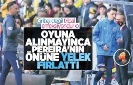 Mesut Özil'den Vitor Pereira'ya tepki! Yeleğini fırlattı