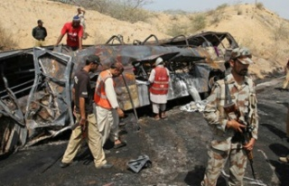 Pakistan'da feci kaza: Otobüs ve petrol tankeri...