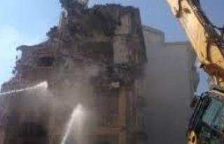 Kerpiç eski bina yıkıldı, yol trafiğe kapatıldı