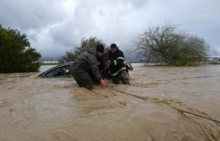 Yağmur Sonrası Sivil Savunma Yolda Kalan Araç Sürücülerini...