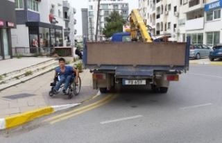 Engelli vatandaşın geçiş yoluna aracını park...