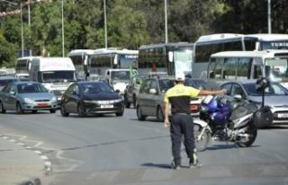 Polisten trafiği ihlal eden sürücülere sıkı...