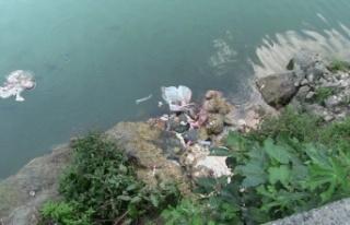 Artvin'de kurban atıklarını baraj gölüne...