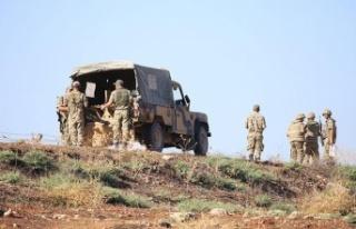 Kaçak göçmenleri taşıyan askeri araç devrildi:...