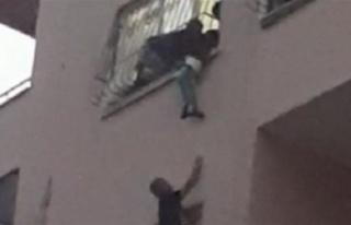 Pencereden düşmek üzere olan kardeşini dakikalarca...