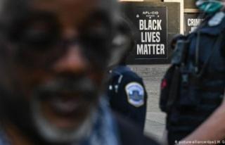 ABD'de polis bir siyah Amerikalıyı arkasından...
