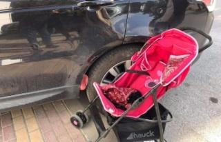Bebek arabasını iten şahsa ve bebek arabasındaki...