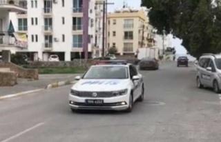 Girne'de polis sokaklarda dolaşıp anons yapıyor