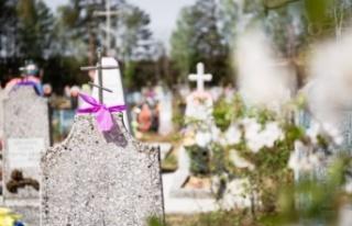 Mezarın üstündeki haçı söküp mangal yaptılar