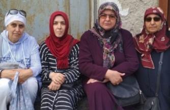 Tutuklu askeri öğrenci anneleri AK Parti önünde oturma eylemi başlattı: Biz de anneyiz