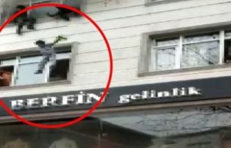 Yangında can pazarı: Annesi çocuğu pencereden böyle attı