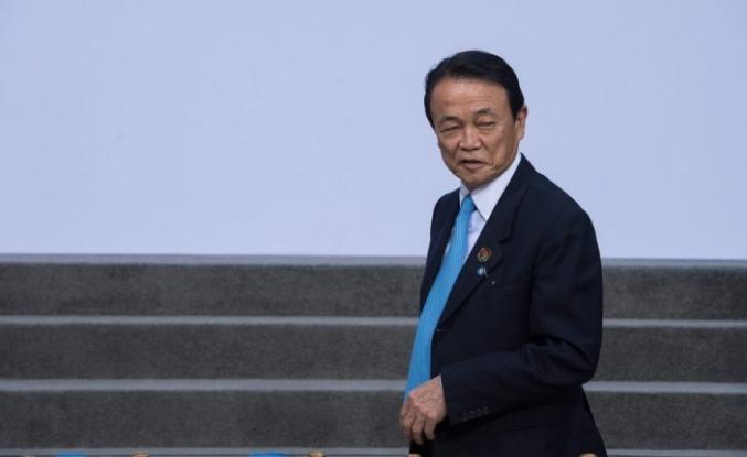 Azalan nüfustan çocuksuz kişileri sorumlu tutan Japonya Maliye Bakanı özür diledi
