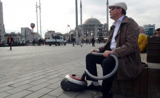 Elektrikli süpürgesini alıp Taksim'e çıktı