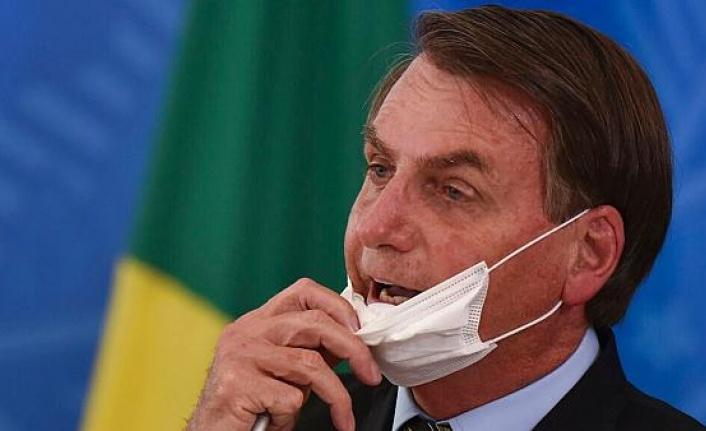 Brezilya Devlet Başkanı Bolsonaro destekçilerine maskesiz sarıldı
