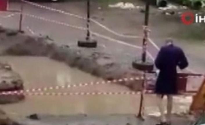 Rus Genç Belediyenin Kapatmadığı Çukurda Mayosu İle Yüzdü